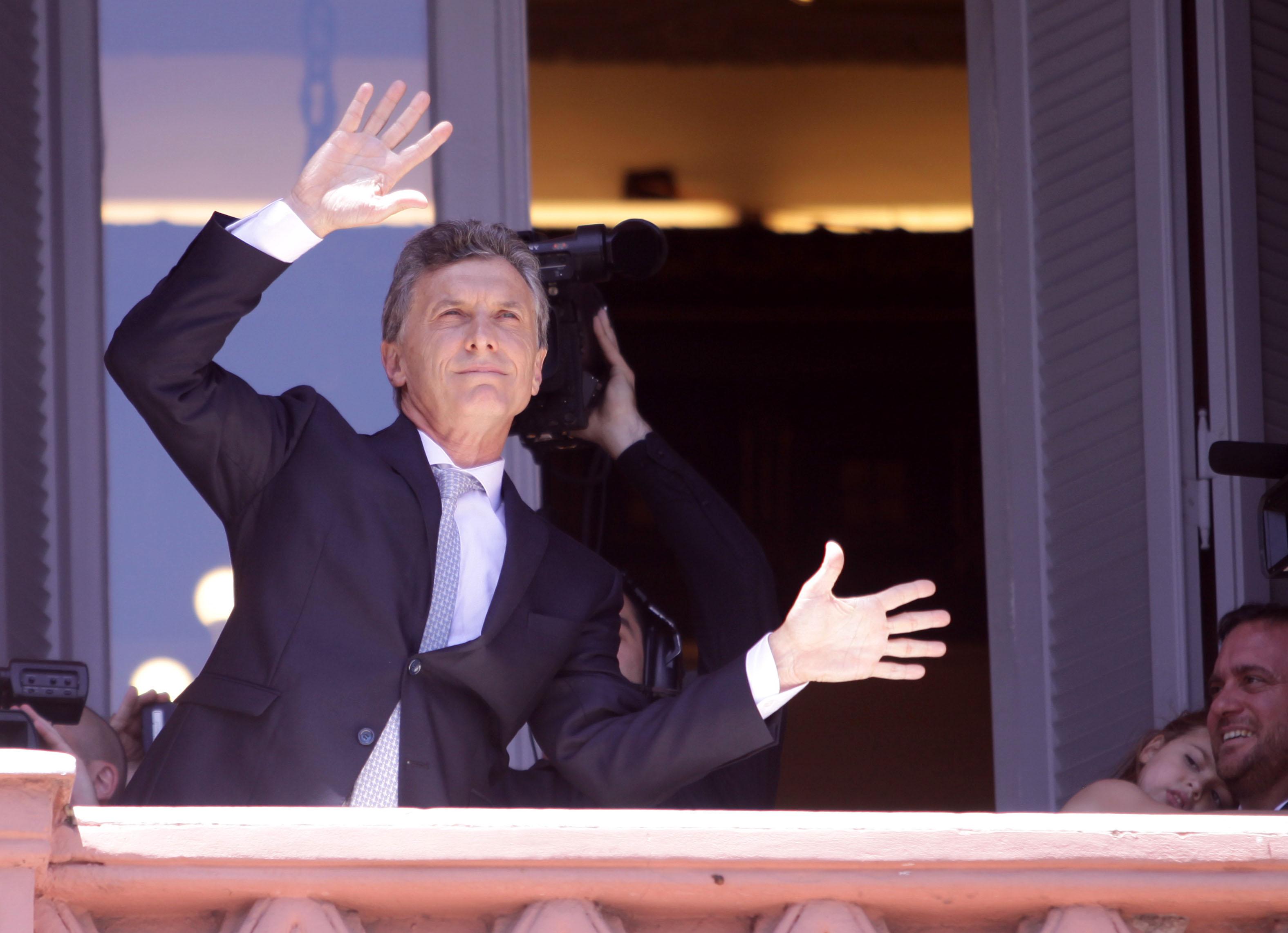 DYN918, BUENOS AIRES, 10/12/2015, EL PRESIDENTE MAURICIO MACRI BAILA EN EL BALCON DE LA ROSADA FOTO:DYN/ALBERTO RAGGIO.