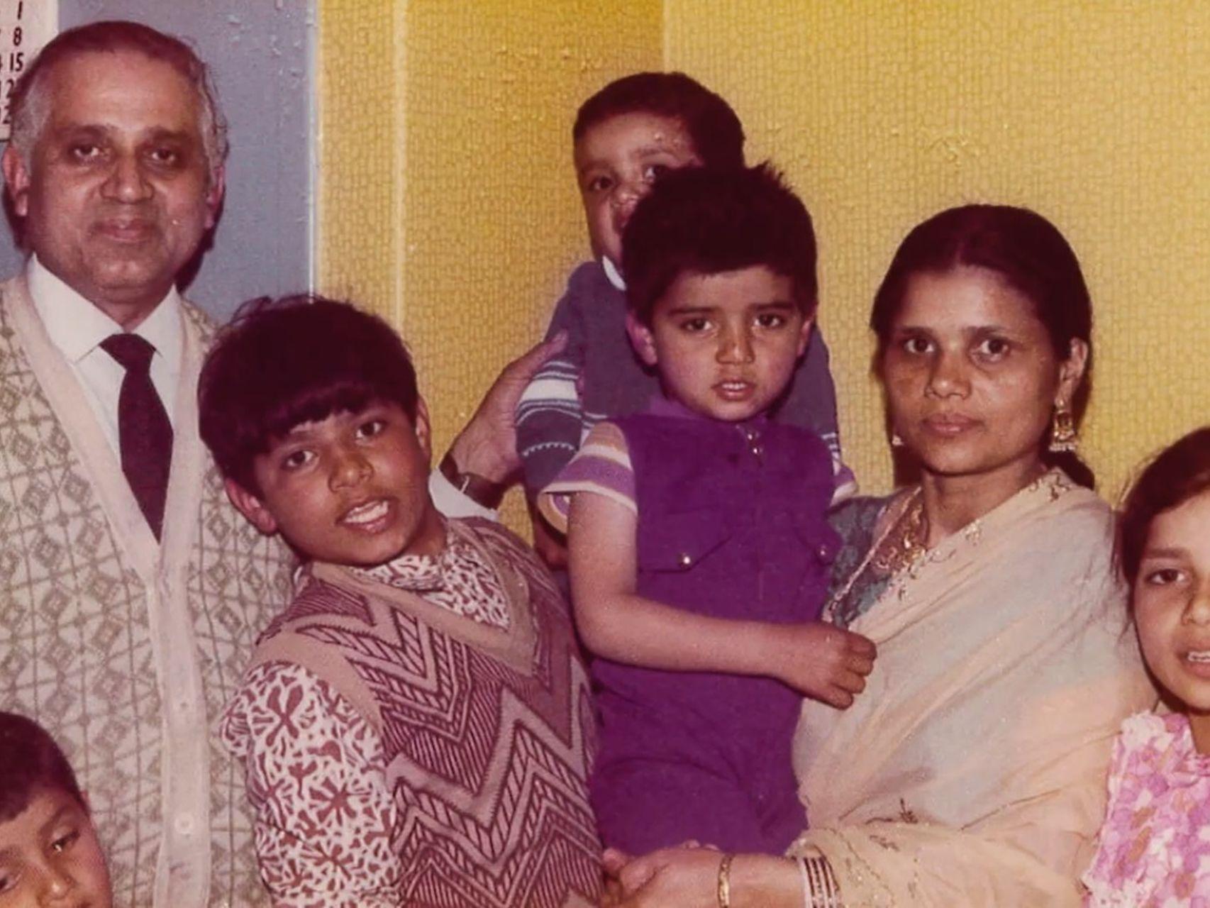 Sadiq Khan en brazos de la madre