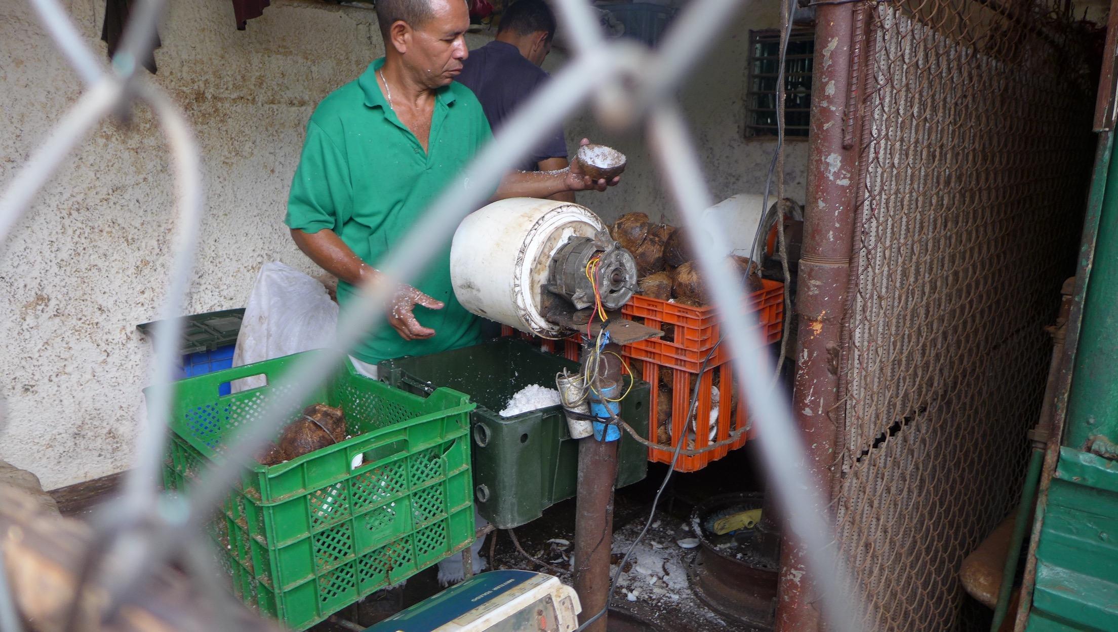 Maquina de rallar coco hecha con motor de lavarropa sovietico