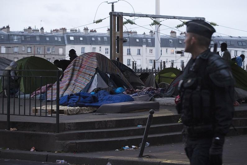 7778565299_le-campement-de-fortunes-de-migrants-de-la-chapelle-a-ete-evacue-a-l-aube-mardi-2-juin-a-paris