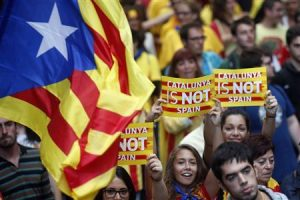"""Separatist protesters hold up placards as they demonstrate during """"Diada de Catalunya"""" (Catalunya's National Day) in central Barcelona, September 11, 2013. REUTERS/Albert Gea"""