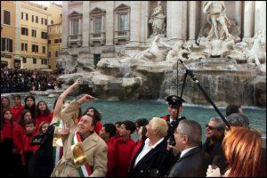 Alberto-Sordi-lancia-la-sua-ultima-moneta-in-lire-nella-Fontana-di-Trevi-Roma-nel-2002_image_ini_620x465_downonly
