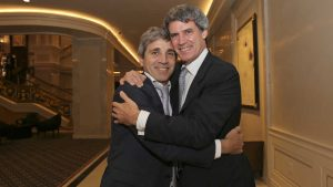 Foto Adriana Groisman. Ministro de economía de la Argentina, Alfonso Prat Gay se abraza con el Ministro de Hacienda, Luis Caputo después del resultado de la audiencia en la corte de apelaciones de Nueva York. 13 de abril 2016.